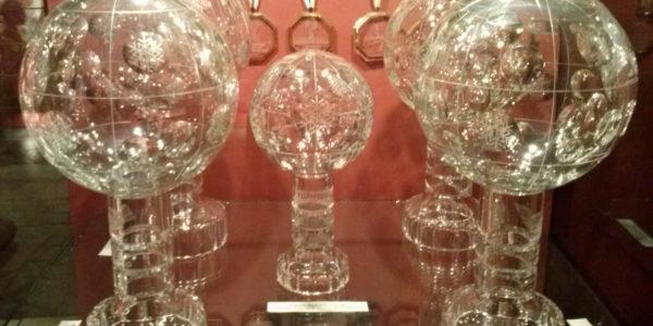 Kryształowa Kula to obiekt pożądania wielu sportowców. Niektórzy, jak Adam Małysz, mają ich kilka. (źródło: wikipedia.org)
