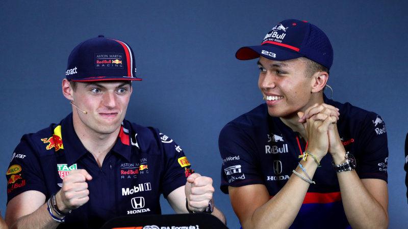 Alex Albon (po prawej) zastąpił Pierre'a Gasly'ego w roli kolegi zespołowego Maxa Verstappena (po prawej). | źródło: autoblog.com