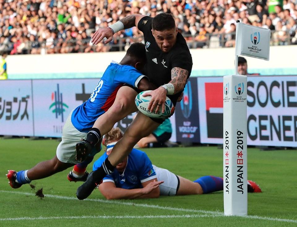 Nowozelandczyk TJ Perenara zdobywa jedno z najpiękniejszych przyłożeń fazy grupowej. (źródło: facebook.com/rugbyworldcup)