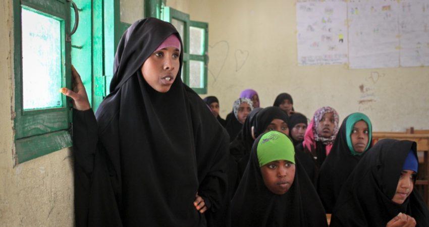 Dziewczęta uczestniczą w zajęciach pozalekcyjnych organizowanych przez UNICEF. Jednym z tematów jest dyskusja o FGM. Szkoła Podstawowa Sheik Nuur w Hargeisa, Somaliland, 16 lutego 2014 r.